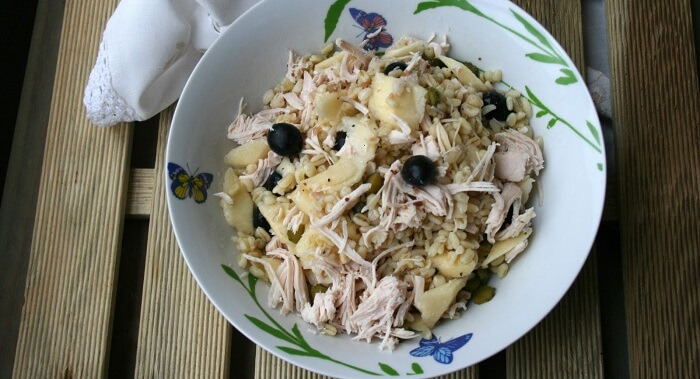 Ensalada de trigo tierno con pechuga de pollo en escabeche