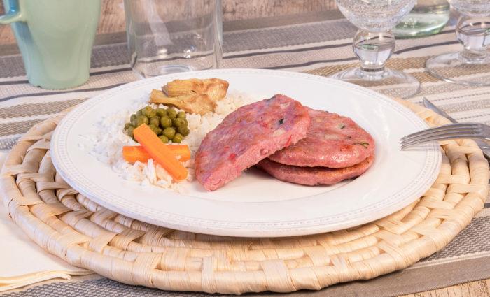 burger de pavo con verduras braseadas cocinada