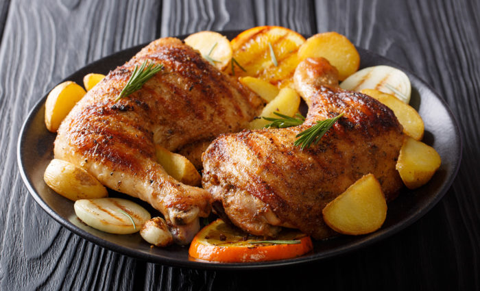 cuartos de pollo frescos cocinados