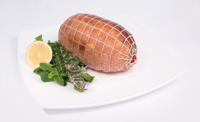 Relleno asado de pollo con jamón de pavo y queso en situacion
