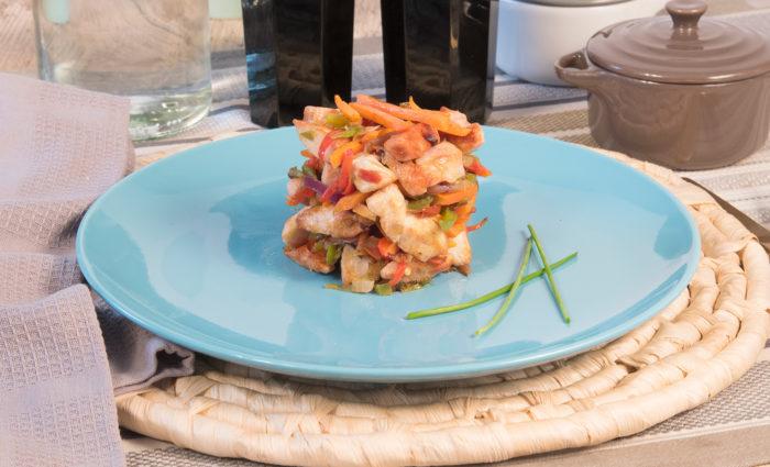 Salteado de pollo con verduras frescas cocinado