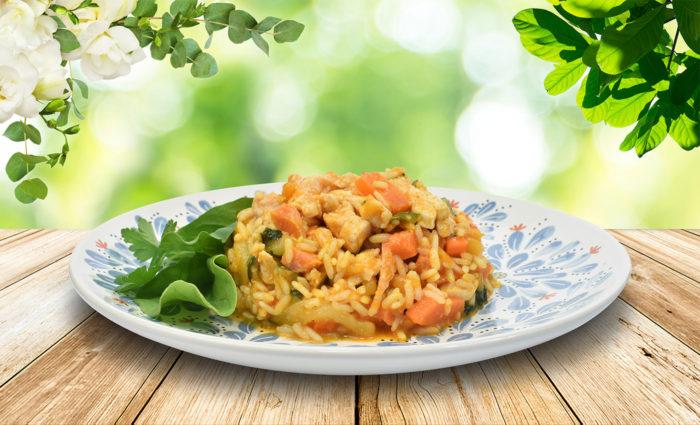 Pollo marinado con arroz y verduras al vapor cocinado