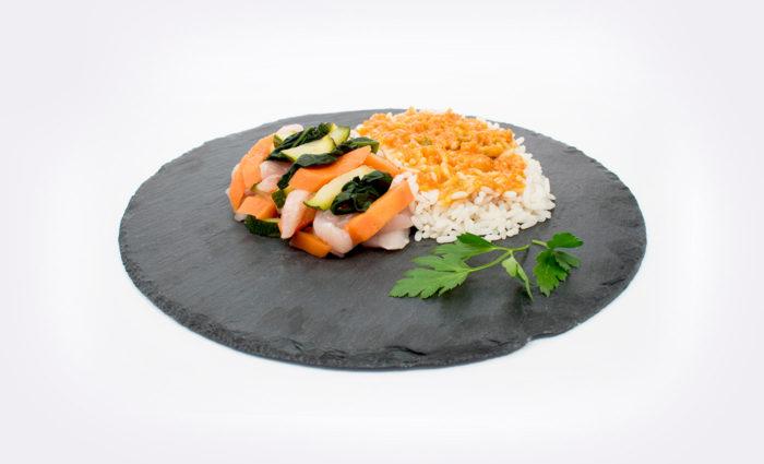 Pollo marinado con arroz y verduras al vapor situación