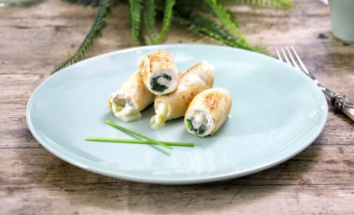 Rollitos de pechuga de pollo con espinacas y queso fundido cocinados