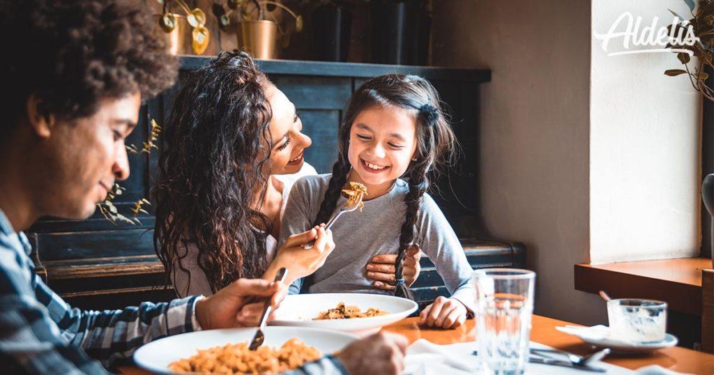 niños-comiendo-Aldelís